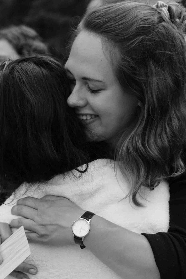 Zwei Frauen umarmen sich herzlich.