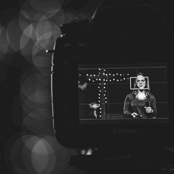 Kameradisplay zeit Frau und Kameramann bei Aufnahmen eines Videogottesdienstes