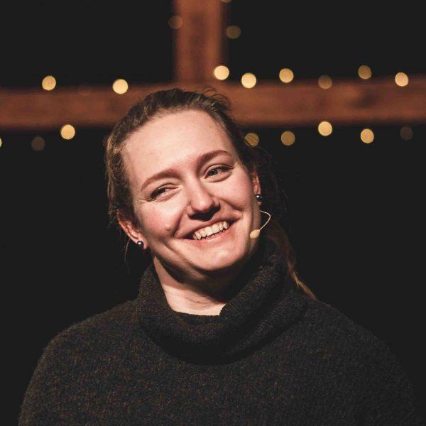 Lächelnde Frau aus dem Moderationsteam