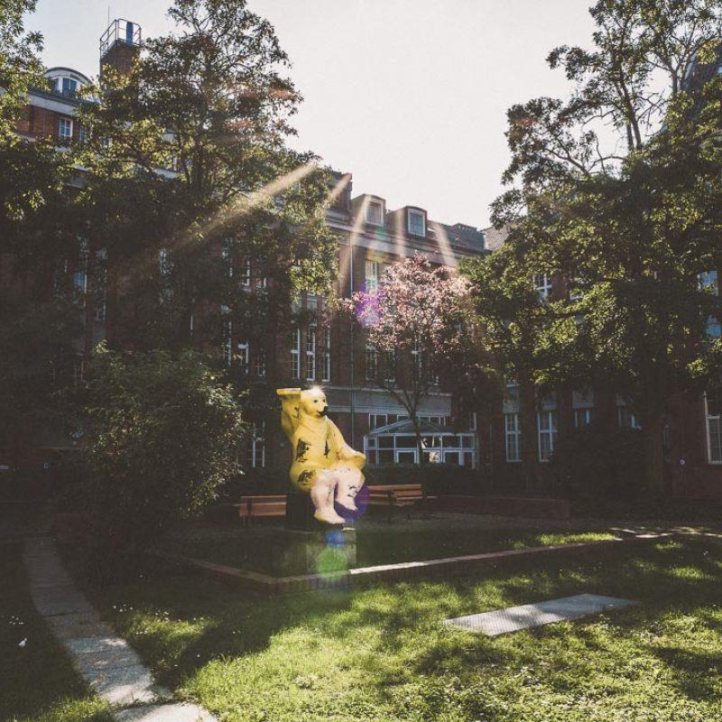 Innenhof mit Statue eines goldenen Bären.